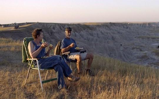 Dave ile Fern kamp alanında baş başa yemek yiyorlar.